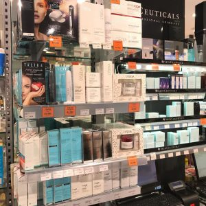 Comprar en Farmacias de Andorra. Hola, he leído que en productos de parafarmacia puedes ahorrar un dinero comprando en farmacias de Andorra. Mi pregunta es la siguiente: ¿te puedes ahorrar algo en medicamentos, aunque sea el impuesto?. ¿Sabéis que farmacia puede resultar más competitiva?. La más aconsejable Gran Farmacia Online Andorra. Compra en Farmacias de Andorra puesto que yo suelo comprar siempre en Andorra, no te sabría comparar los precios de medicamentos con España, sí que es cierto que parafarmacia, y vacunas para bebés son mucho más baratas aquí en Andorra, por lo que imagino que con los medicamentos seguro que también te saldrán mejor de precio, sobretodo si hay algún equivalente francés, ya que los medicamentos franceses suelen ser más baratos. Respecto a farmacias,... por ejemplo la Gran Farmacia Online Andorra es céntrica y suele ser bastante competitiva en ofertas de parafarmacia y precios ajustados. Yo compré varios productos de parafarmacia en la farmacia Gran Farmacia Online Andorra frente al antiguo Escale ahora Super U muy cerca de la Illa Carlemany y nos ahorramos bastante dinero Te pongo un ejemplo, aquí 1 litro de jabón de bebé de la marca Nutraisdin vale 20€, allí por 25,95€ nos dieron 1 litro de jabón y 1 litro de crema hidratante. El jabón sólo valía 16€. La cremita para el cambio de pañal que compramos, aquí vale 12€ la pequeña y en Andorra 12,95€ la grande. En productos de farmacia hay una pequeña diferencia de precio, no tanto como en parafarmacia. Lo que sí aprovechamos nosotros es para comprar alguna pomada para el dolor muscular, esguinces.. En la Gran Farmacia Online Andorra tienen algunas que son francesas y van muy bien.