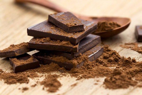 """¿Qué es el cacao crudo? Aquí está la cuestión y la pregunta idónea ya que este chocolate crudo se llama así por que no """"sufre"""" en su elaboración. Aunque quizá deberíamos quitar las comillas, ya que realmente el cacao crudo se llama así porque no está manipulado ni calentado a elevadísimas temperaturas, lo que le hace mantener todas las propiedades básicas, nutrientes, antioxidantes,… Además no recibe una carga de azúcar, manteniendo ese amargor tan característico de este alimento. Para hacer el chocolate comercial se cogen los granos del cacao antes de que fermenten, se tuestan, se muelen, se presionan y se mezclan con grasas y azúcares ¿Y esto en el cacao crudo o chocolate crudo cómo se hace? Similar, pero sin tostar, sino dejándolos secar al aire libre, al sol, para que se sequen naturalmente y en temperaturas inferiores a 42º. ¿Tan bueno es el chocolate crudo? El chocolate crudo estimula el sistema nervioso aportando bienestar, produciendo endorfinas y mejorando el estado de ánimo; estimula el sistema digestivo, alivia el estreñimiento, contiene antioxidantes, mejora la salud cardiovascular, reduce el colesterol y los triglicéridos y ayuda a cuidar la línea; más no se le puede pedir. Pero lo más importante es cómo debemos tomar el chocolate para aprovechar todo lo que este nos ofrece, y es que: ¿qué pensaría aquel pueblo indígena si supiera cómo y de qué forma hemos conseguido desaprovechar tanto algo tan bueno? Si el cacao es un alimento tan saludable, no es porque comer chocolate en sí sea una buena opción, al menos no en todas sus versiones. Es saludable porque las semillas de cacao, en crudo, contienen potasio, vitaminas, magnesio (uno de los elementos que más escasea en nuestras dietas), calcio, fósforo, hierro y cobre, pero no así una tableta de chocolate con leche, que apenas contiene un poco de cacao y un mucho de azúcar refinado. Entonces, chocolate sí, cuanto quieras, pero mejor chocolate crudo. Algunos ya lo sabían… De un tiempo a esta parte, han sido """