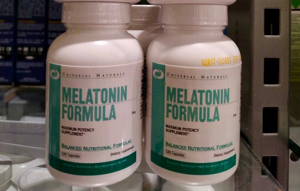 ¿La melatonina es un somnífero beneficioso? ¿Qué debo saber acerca de los efectos secundarios de la melatonina? Respuesta de Brent A. Bauer, M.D. La melatonina es una hormona que interviene en el ciclo natural del sueño. Los niveles naturales de la melatonina en sangre son más altos por la noche. Algunas investigaciones sugieren que los suplementos de melatonina pueden ser útiles para tratar los trastornos del sueño, como la fase de sueño retrasada, y para proporcionar un poco de alivio del insomnio y del desfase horario. Por lo general, la melatonina es segura para el uso a corto plazo. A diferencia de lo que sucede con muchos medicamentos para dormir, con la melatonina es poco probable que te vuelvas dependiente, que tu respuesta disminuya después del uso repetido (habituación) o que experimentes un efecto de resaca. Los efectos secundarios más frecuentes de la melatonina incluyen los siguientes: Dolor de cabeza Mareos Náuseas Somnolencia Otros efectos secundarios menos frecuentes de la melatonina podrían ser los sentimientos depresivos de corta duración, los temblores leves, la ansiedad leve, los cólicos, la irritabilidad, la reducción del estado de alerta, la confusión o la desorientación, y la presión arterial anormalmente baja (hipotensión). La melatonina puede provocar somnolencia durante el día; por ello, no manejes ni uses maquinaria dentro de las cinco horas posteriores al consumo del suplemento. Además, los suplementos de melatonina pueden interactuar con varios medicamentos como los siguientes: Los anticoagulantes y los medicamentos antiagregantes plaquetarios Anticonvulsivos Anticonceptivos Medicamentos para la diabetes Medicamentos que inhiben el sistema inmunitario (inmunosupresores) Si estás pensando en tomar suplementos de melatonina, primero consulta al médico, en especial, si padeces alguna afección. Te ayudará a determinar si la melatonina es adecuada para ti.