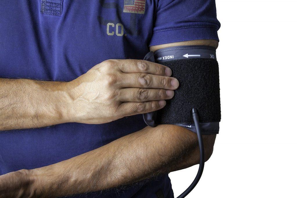¿A qué hora conviene tomarse la presión arterial? La presión arterial es variable a lo largo de todo el día en función dediversas circunstancias, como estadoanímico, esfuerzos, consumo de cafeína, relajación, y aparte tieneuna variación natural a lo largo de todo el día que hacen que escoger el mejor momento para mirarse la presión no sea muy sencillo. El protocolo recomendable para valorar adecuadamente nuestra presión es el que se conoce como protocolo de AMPA. Consiste enhacer medidas de 3 a 7 días consecutivos por la mañanaantes de tomar la medicación (si esel caso) y por la noche, haciendo cada vez 3 medidas separadas entre ellas como mínimo un minuto. Hay que hacer la media entre las medidas rechazando el primer día y la primera de cada grupo de medidas. Y el resultado correcto es que la media esté por debajo de 135/85. Existen aparatos que ya hacen esto de forma automática.