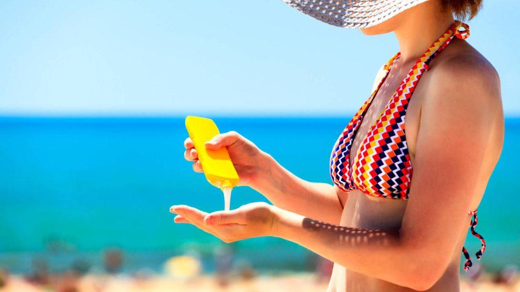 Llega el verano. Playa, sol, comidas con amigos y una cerveza bajo la sombrilla... y nos olvidamos del protector solar.Para concienciar de la importancia de mantener la piel protegida y combatir problemas como el melanoma en un futuro con la prevención y el uso de un foto protector adecuado a nuestro tipo de piel.El melanoma es un tipo de cáncer poco valorado, pero que está incrementándose en los países occidentales, donde se ha perdido la costumbre de utilizar protección contra los rayos del sol. La tendencia mundial en este tipo de cáncer es al alza, porque determinados tipos de piel no están genéticamente preparados para la radiación solar. Cada año, en las islas se detectan unos cien casos de melanoma, cifras alejadas de países como Australia, que lidera las estadísticas con más de 130.000 casos al año.