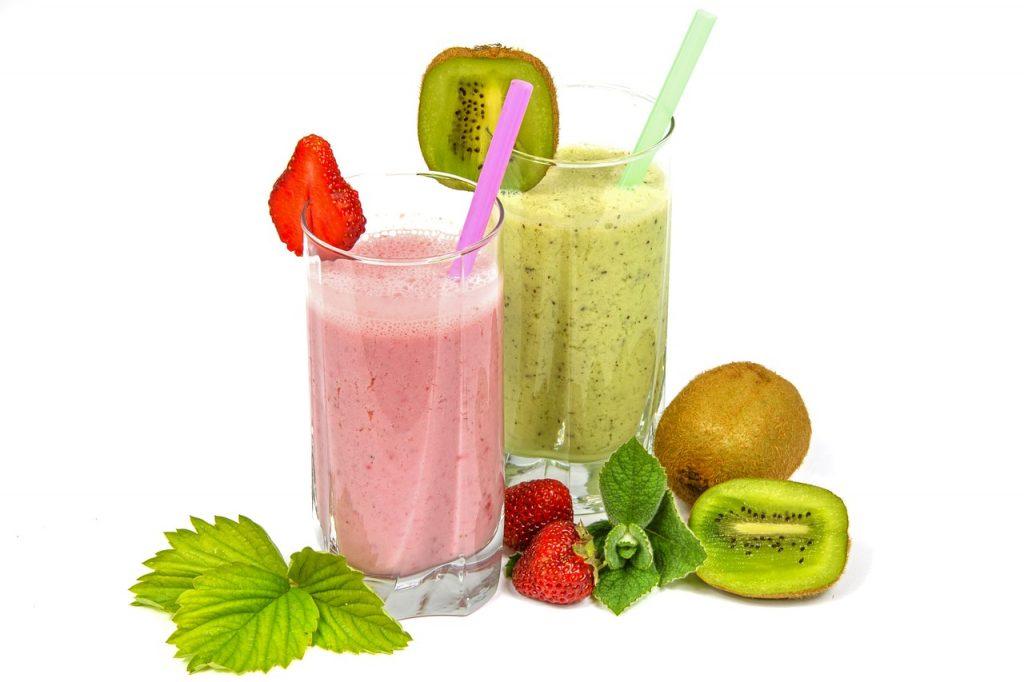 """Aquellos que asumen el gran riesgo de restringir determinados alimentos, """" lo más común es que dejen de comer hidratos o que incluso empiecen a alimentarse a base de un único alimento. Algo que provoca una transgresión dietética, una carencia nutricional y por supuesto el posterior efecto rebote"""", dice Merino, con """"la consiguiente frustración por no poder conseguir mantener el peso, y esa sensación de que se ganan muy rápido y cuestan mucho de perder"""", añade Nuria Monfulleda. Lo importante es hacer un cambio de chip y adoptar un nuevo estilo de vida Por eso, si queremos adelgazar de cara al verano, """"lo que necesitamos es hacer un cambio de chip, entender que el concepto dieta está obsoleto y que debemos ir más allá. Debemos pensar en un cambio de estilo de vida que nos permita tener un peso saludable todo el año y tener excesos puntuales –como en verano o en Navidad–, ya que de este modo incluso con esos extras mantendremos el peso"""", añade esta nutricionista. Además si hacemos dieta, """"en cuanto creamos que hemos llegado a nuestro objetivo –si llegamos– dejaremos de hacerla, por el simple hecho de que nos la hemos impuesto, no la hemos hecho porque nos encantaba, y volveremos a nuestros antiguos hábitos –seguramente no tan buenos– y así nunca conseguiremos tener un peso saludable y correcto de por vida"""", explica Monfulleda. Las dietas no las hacemos por gusto y cuando las dejamos, volvemos a los malos hábitos"""" NURIA MONFULLEDA Médica y dietista-nutricionista No obstante hay algunas claves que nos pueden ayudar. """"Lo primero es ponerse en manos de un profesional de la salud, como un nutricionista titulado"""", dice Marta Abardia. Y en todo caso no esperar al último momento """"y empezar con algunos meses de antelación"""", opina Bennett. Para poder bajar de peso sin riesgos para el organismo hay que seguir una dieta variada basada en """"verduras, ensaladas, frutas. Las legumbres son fabulosas ya que contienen hidratos de carbono de absorción lenta por tanto, tardaremos más tiempo"""
