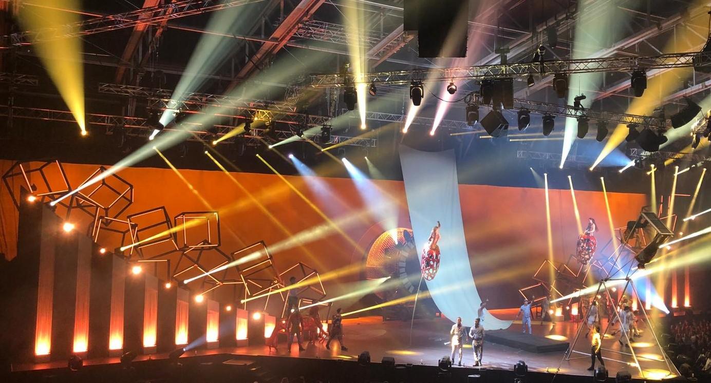 REBEL -L'ODE NOCTURNE A                   L'ESPRIT REBELLE DU ROCK REBEL, le nouvel événement du Cirque du Soleil en Andorre célèbre l'héritage musical des grandes stars masculines de la chanson dont les mélodies se sont accrochées à jamais à notre mémoire collective. Une ode à l'esprit rebelle du rock, le spectacle nous rappelle combien l'amour tendre ou cru, charnel ou fusionnel, chuchoté à l'oreille ou crié sur tous les toits – a fait chanter les hommes de toutes les époques. Vibrez avec les nouvelles acrobaties et laissez-vous emporter par le rythme vertigineux des chansons qui ont marqué nos histoires d'amour. Vous allez redécouvrir le pouvoir de l'amour.