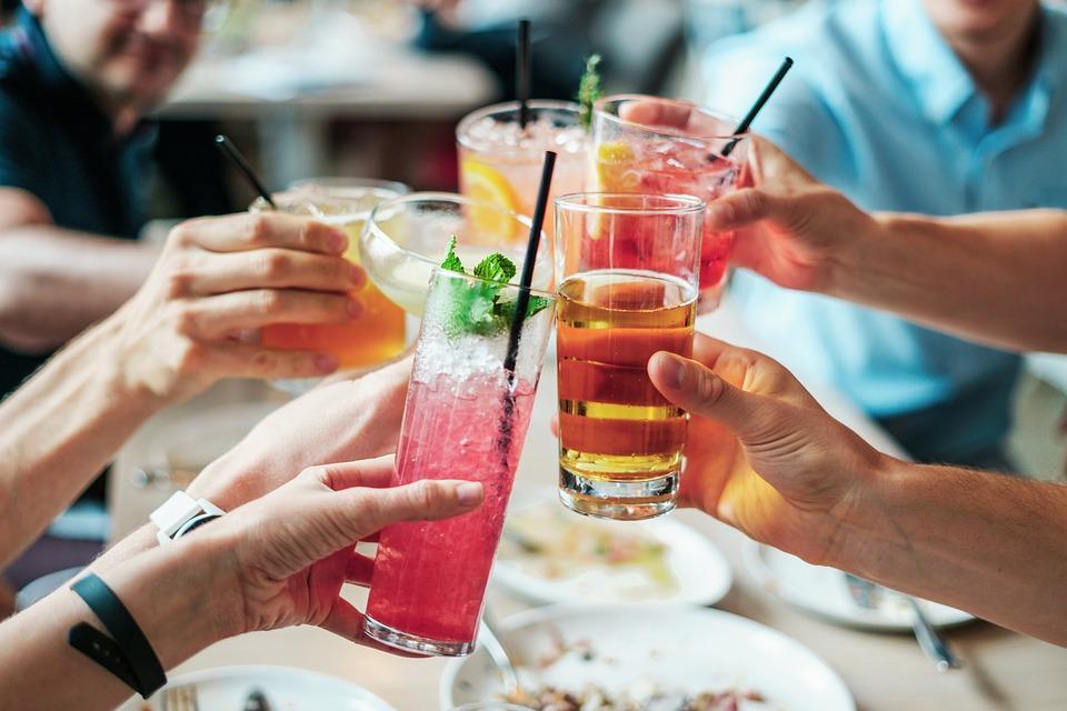 El alcohol y el tabaco contribuyen al envejecimiento prematuro de la piel.