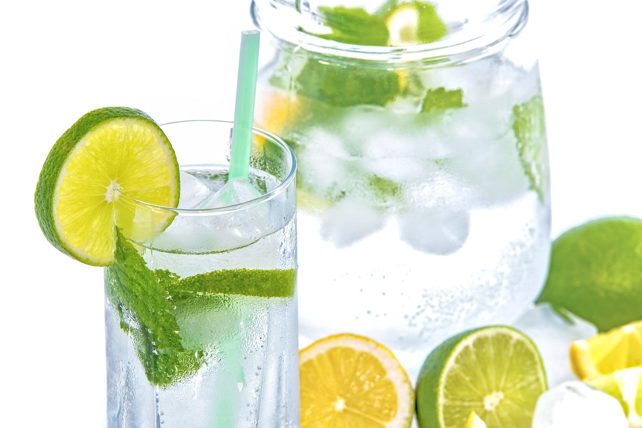 Bebe agua Entre el 15% y el 20% del agua de nuestro organismo se encuentra en la piel, porcentaje que con la edad va disminuyendo