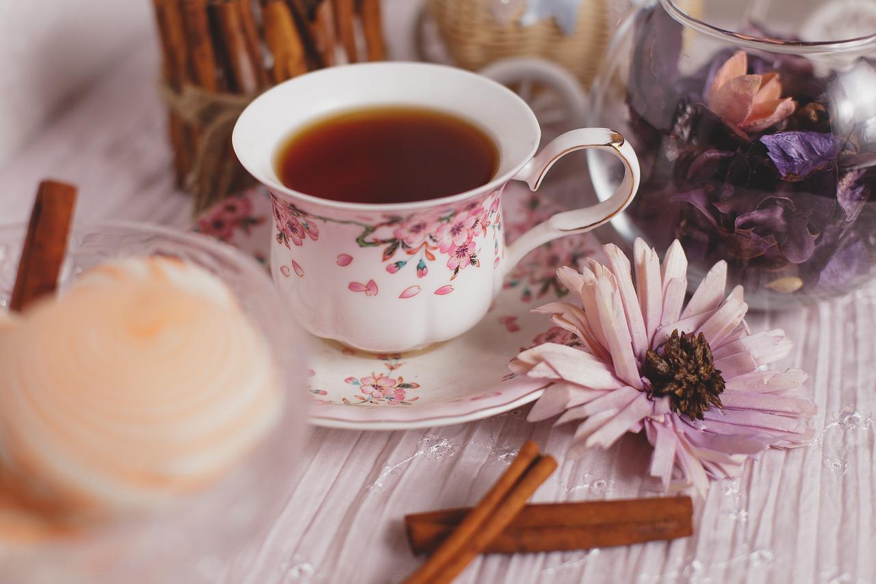 ¿El té contiene cafeína? La teína es el nombre que se le atribuye a la cafeína del té, pero es exactamente la misma molécula y su efecto fisiológico es idéntico al que aparece en el café