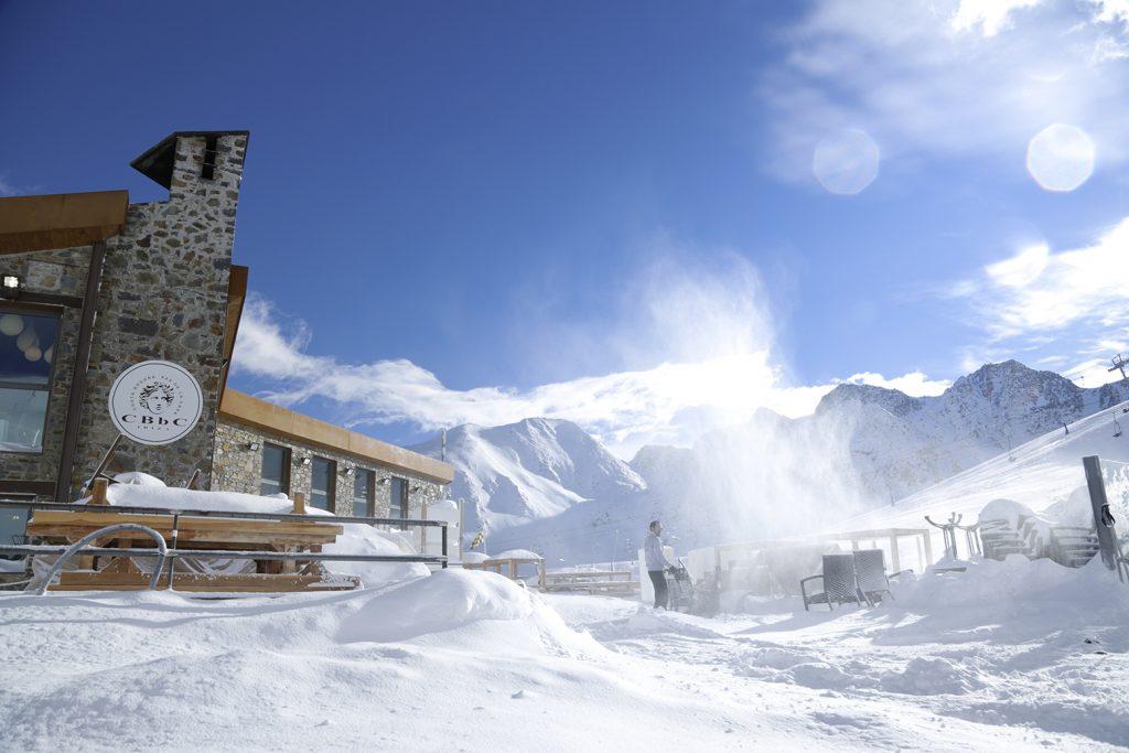 En invierno protégete del sol en Gran Farmacia Andorra encontrarás los mejores protectores solares para los amantes de la nieve y los deportes de invierno