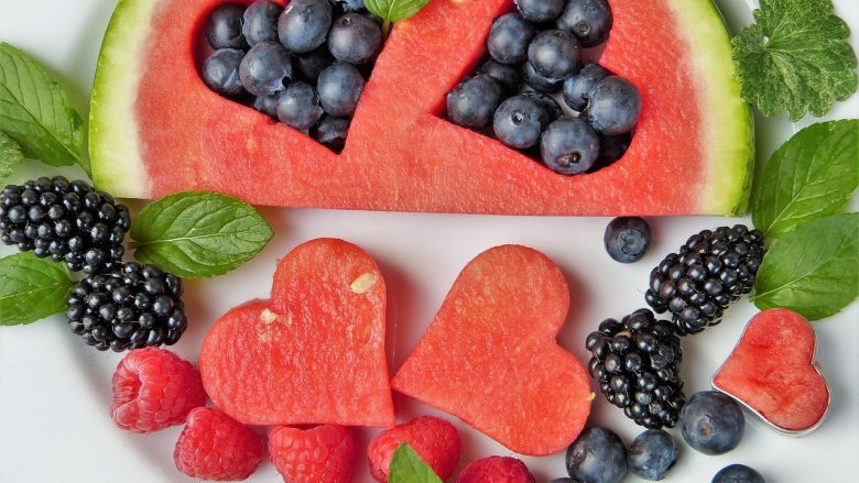 La mayoría de las vitaminas sonmicronutrientes esenciales, es decir, nutrientes que nuestro cuerpo requiere para poder funcionar