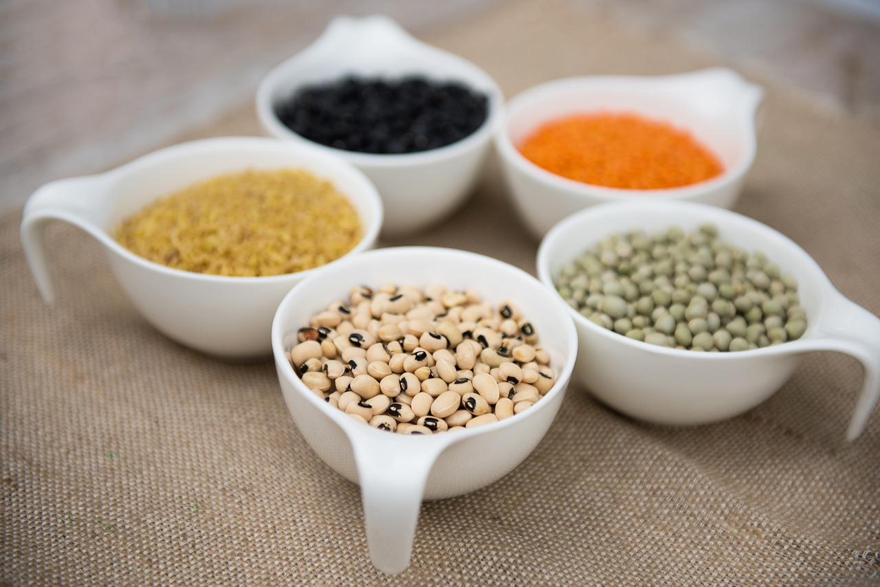 """Las legumbres de grano, como las lentejas, las judías, los guisantes o los garbanzos, presentan un buen contenido en proteínas (20-30 %); un alto contenido en hidratos de carbono (30-60 %), sobre todo, complejos; y aportan fibra dietética, minerales y vitaminas. Es decir: aportan energía y sacian, al tiempo que tienen un buen perfil nutricional. Entre otras cosas, son la principal fuente de proteína vegetal que existe. Este alimento no tiene una estación fija. Puede formar parte de cocidos tradicionales y platos de cuchara, pero también protagonizar platos ligeros y refrescantes. La FEN destaca que """"en todas sus variedades y posibilidades de preparación, las legumbres son aptas para cualquier ingesta del día"""". También, que """"son un factor clave para modular adecuadamente el resto de nutrientes que incluyamos para conseguir una dieta equilibrada"""". No solo pueden consumirse en cualquier momento del día, también están indicadas para todos los grupos de población: niños, adolescentes, mujeres embarazadas, bebés lactantes (a partir de los seis meses), adultos mayores, deportistas… """"Por sus componentes bioactivos —señala la FEN—, destacan sus efectos potencialmente beneficiosos en la prevención y el tratamiento de las enfermedades cardiovasculares, la diabetes o el cáncer, así como para un envejecimiento saludable"""". Cabe recordar que esas tres dolencias se encuentran entre las más prevalentes de nuestro país. Su bajo índice glicémico, así como la ausencia de colesterol y de gluten, las convierte en una opción muy adecuada (y económica) para personas con problemas cardiovasculares, personas con diabetes y personas con celiaquía o intolerancia al gluten. Son prácticas. Si están secas, resulta muy fácil transportarlas y almacenarlas… y, además, son duraderas. Si están en conserva, son idóneas como """"fondo de armario"""": para comerlas no hace falta ni siquiera planificar el menú."""