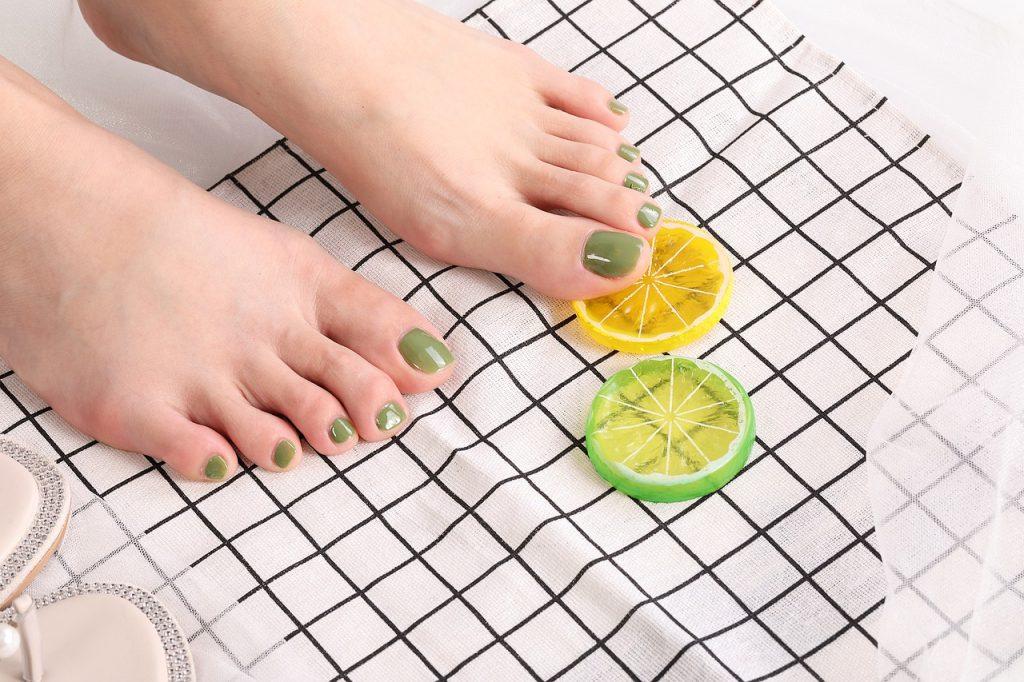 BIORGA TIPS UNA PEDICURA PERFECTA EN 6 ETAPAS Dentro del calzado durante todo el día, a menudo descuidados, los pies necesitan mimos.